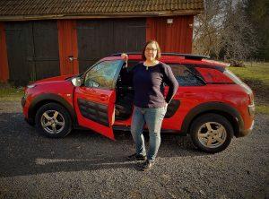 Bild på röda och svarta Vetmobilen och i förgrunden står veterinär Agneta Andersson. Bilden är en länk till eventet Vetmobil kommer på besök i september.