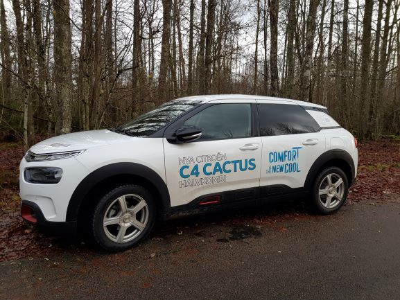 VikarieVetmobilen är en vid Citroën C4 Cactus med blåd och vita dekaler på sidan.