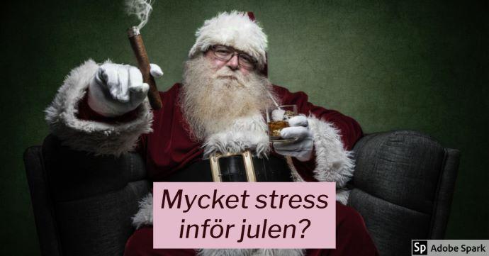 """Tomten sitter i en fåtölj med en cigarr i ena handen och ett glas whisky i den andra. Texten """"Mycket stress inför julen?"""" står i förgrunden."""